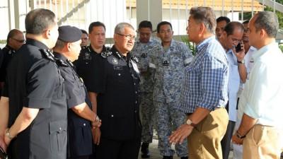 弗兹(左3)与一马公司案特工队成员拿督阿都哈密(右2)交流。