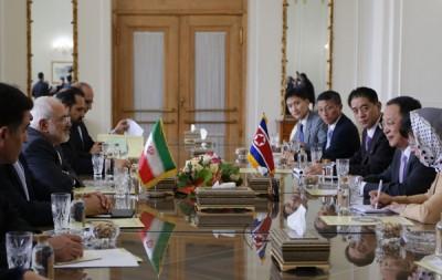 扎里夫(左1)和李勇浩(右4)会晤会谈。(法新社照片)