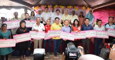 蔡瑞豪(后排右4)移交捐款给学校及福利团体,曹观友(后排中)、马祖基及国州议员见证。