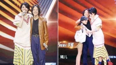 王菲对女儿窦靖童的表现感到十分骄傲。李嫣也冲上台来拥抱窦靖童,一家三口罕见同台。