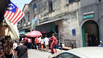从槟榔律转入景贵街之处,可见大批人潮涌入造成该街道水泄不通。