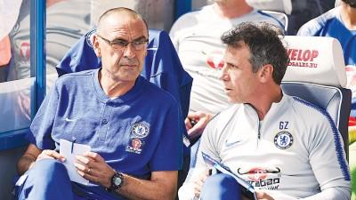 切尔西主教练萨里(左)和助教佐拉(右)。