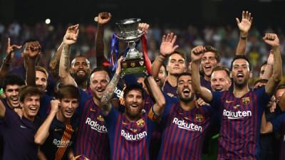 梅西(中)首次作为巴塞第一队长夺冠,欣喜与队友捧起西班牙超级杯。