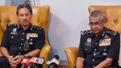 弗兹(右)举行记者会,左是全国警察廉正与尊守标准局总监拿督占里。