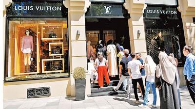 里拉贬值使奢侈品变得便宜,伊斯坦布尔的LV名店大排长龙。
