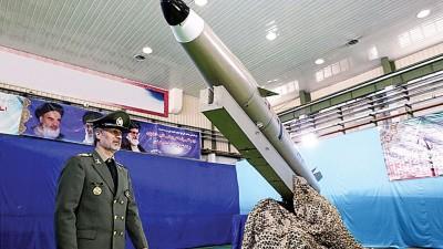 伊朗国防部长哈塔米展示新一代弹道导弹。(法新社照片)