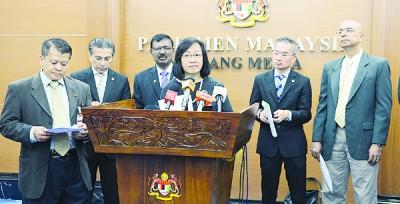 沙鲁阿曼(左起)、赛依布拉欣、卡鲁巴耶、玛利亚陈、邱培栋及净选盟2.0协调委员会成员拉玛拉玛纳登,促成立仲裁委员会,调查选委会。