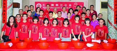 大山脚韩江公会初次办出花园,吸引15名15岁男女参与,后排左4起是杨筌贵、陈华民、黄维忠、郑丽爱。