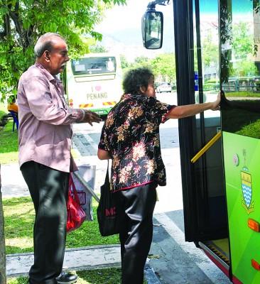 陈莲好(右)称赞司机们的态度很好,惟司机开关门的速度需注意行动缓慢的老人家。