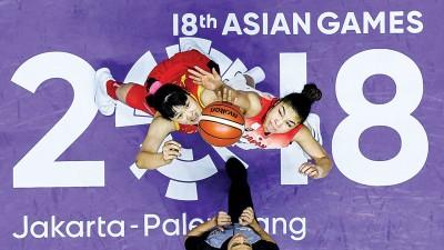 中国队选手李月汝(左)与日本队选手梅泽卡蒂莎树奈在比赛开始时争球。