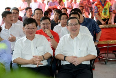 林冠英(右)认为亚洲城手机客户端登录在团结国民,但马华在分裂国民。左为曹观友。