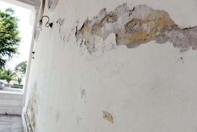 法庭外旁边有一处墙壁,有许多白色油漆脱落现象。