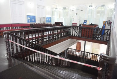 楼梯通道暂被关闭起来不可使用,据悉是因为阶梯有出现不稳现象。