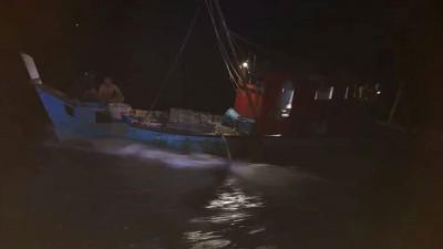 大马海事执法机构吉打港口区扣留一艘非法作业的本地A级渔船。