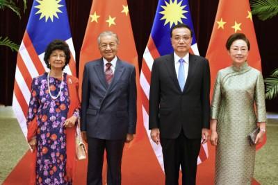 马哈迪偕同夫人茜蒂哈斯玛,与李克强与夫人程虹在人民大会堂举行的午宴上合照留念。