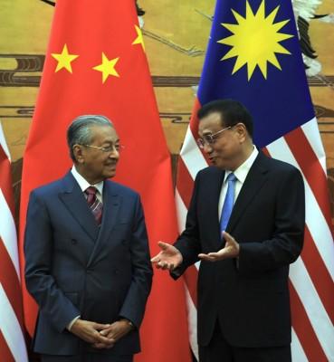 李克强(右)与马哈迪召开联合记者会上表示,中国将从大马进口更多产品,扩大双边贸易。