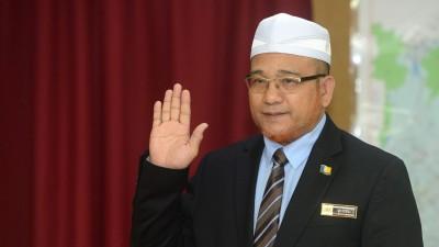 获槟政府又委任的罗查里宣誓就职为威省市政局主席。