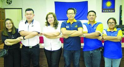 降任团长余美娜(左3)恭贺新任团队,左起吴旭雯以及连存福,右起大艾琳、马裕亮以及吴贵伟。