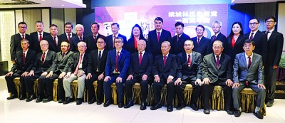 槟城林氏忠孝堂理事在宣誓后同监誓人并照留念。为者左4自从呢林俊錂、魏子森、林福山、林玉唐以及林振龙。