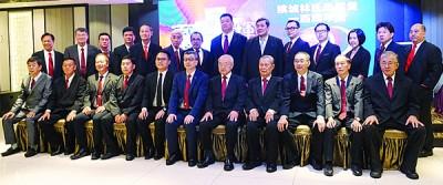 槟城林氏宗亲会联合会理事及监誓人合照。前排左5自从呢魏子森、林福山、林玉唐以及林振龙。