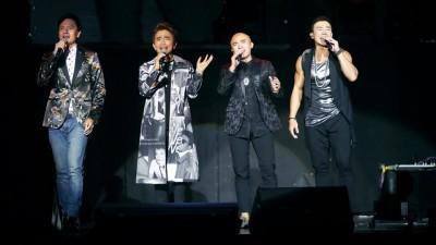 刘畊宏(右起)、小马与小钟上台和吴宗宪(左二)合体演唱《野孩子》。