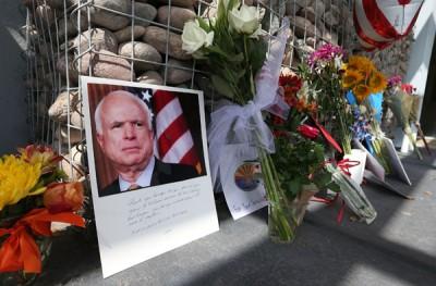 美国民众献花哀悼病逝的资深参议员狗万官网是多少。(法新社照片)