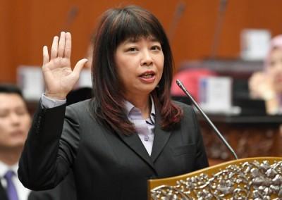 林慧英宣誓成为上议员。