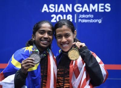 妮歌大卫以及希望瓦桑佳丽(左)开心展示印尼亚运女单金牌和银牌。