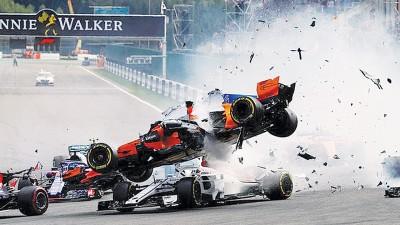 F1比利时站在刚赛发车后首弯发生严重撞车事故。