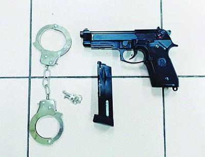 4儿女因拥气枪和手铐被捕。