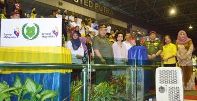 玻州拉惹端姑赛西拉祖丁殿下及拉惹后端姑法霞(前排左起)、阿兹兰、王储妃端姑莱拉杜莎琳及大臣夫人拿汀斯里诺阿丝娃娜为玻州国庆日夜晚游行主持开幕。
