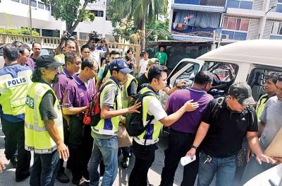 槟州志愿巡逻队成立于2011年,图为2014年8月31日国庆日当天,158名成员包括该队主席彭文宝及代表律师雷尔队员被扣留在警局过夜。之后,时任内政部长阿末扎希宣布, 根据1966年社团法令第5 (1)项条文,PPS是非法组织。(档案照)