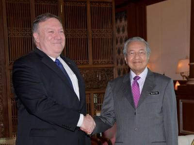美国务卿蓬佩奥周五早上拜会马哈迪,恭贺敦马在大选中大获全胜。