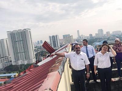美好日星(左起)和林秀琴被周二至Mutiara Idaman 1组屋顶楼巡视遭大风摧毁的组成部分屋顶。该维修工程料在同样到外可竣工。