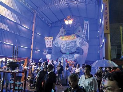 沉默寡言貢斗母宮今年打造高32尺11寸的大士大爷金身,周三晚召开恭送大士大爷回銮仪式。