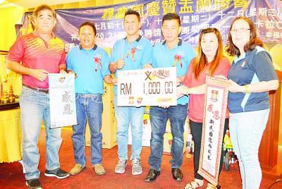 移交义卖本报筹获1000令吉,左起为刘泳乐、陈业发、郭春福、蔡健德、苏晓妹及叶月虹。
