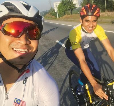 阿兹祖与青体部长赛沙迪一起出席吉隆坡布城大道脚车赛。
