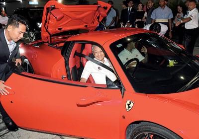 首相敦马哈迪驾驶红色法拉利,感受赛道气氛。