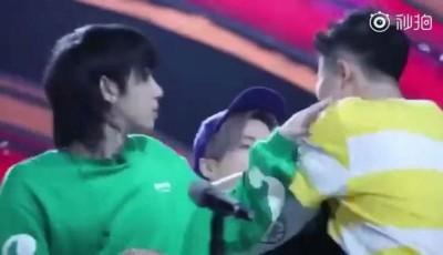 华晨宇(左)赶紧拉开闹事男粉丝。