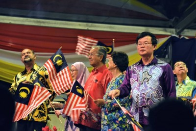首相敦马哈迪夫妇、副首相旺阿兹莎、报道部长哥宾星和槟首长曹观友联名挥动辉煌条纹,庆祝509改朝换代后的首只国庆援引礼,意思非凡。