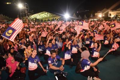 生举起辉煌条纹高喊我好马来西亚。
