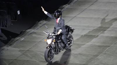 印尼总统佐科骑摩托飞驰入场。