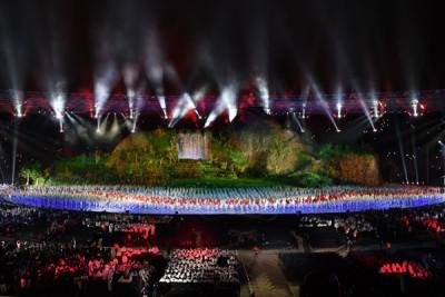 """体育场中央有着重达600吨的""""巨型舞台""""。"""