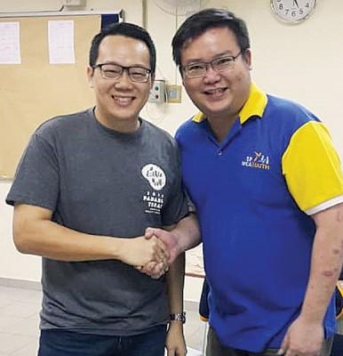 区团团长候选人吴贵伟(左)和孙松坡拿手,先礼后兵。