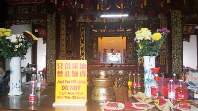 观音亭在寺庙内置放告示牌,为提醒民众只供上油,取缔燃香动。