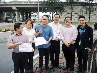 魏子森(左3)和林秀琴(左2)、槟岛市议员王宇航(左1)、邓智伟、麦文强和槟岛市政厅工程师杨武橓实地巡视U改变工程地点。