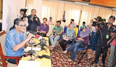 阿末法依沙在霹州大臣官邸接受媒体的联访。