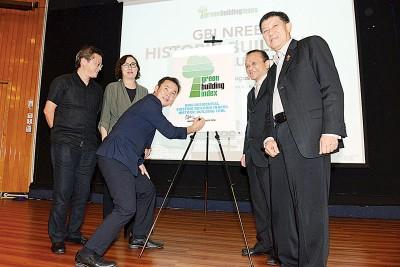 槟岛市长拿督尤端祥主持绿色建筑物指标历史性建筑物工具推介礼,右起曾祥安、曾添良及左2为瑟丽娜。