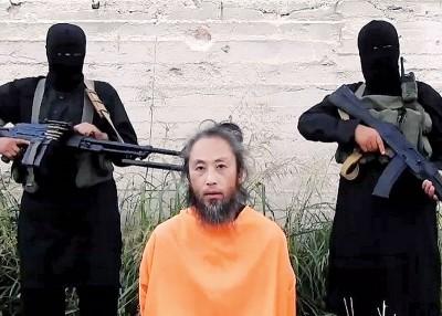 安田纯平身穿橙色囚衣,跪在镜头前求救。