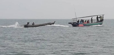 4名海盗正劫持着本地渔船和渔民朝邻国海域方向前进。